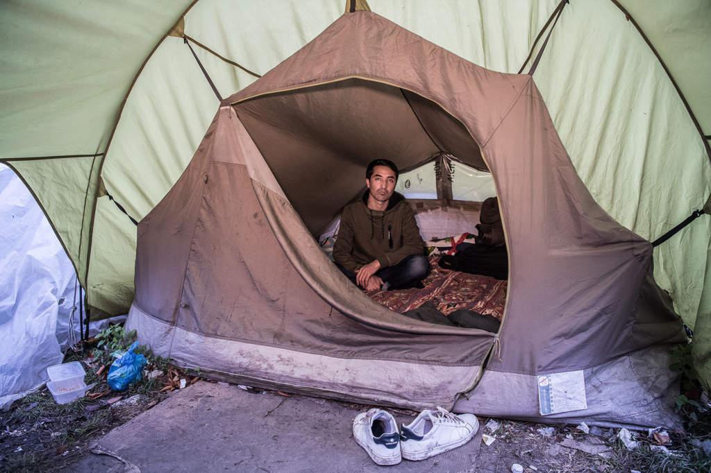 För en månad sedan lämnade Fazel sin svenska familj i Mariestad. Nu bor han i ett tält i Paris.