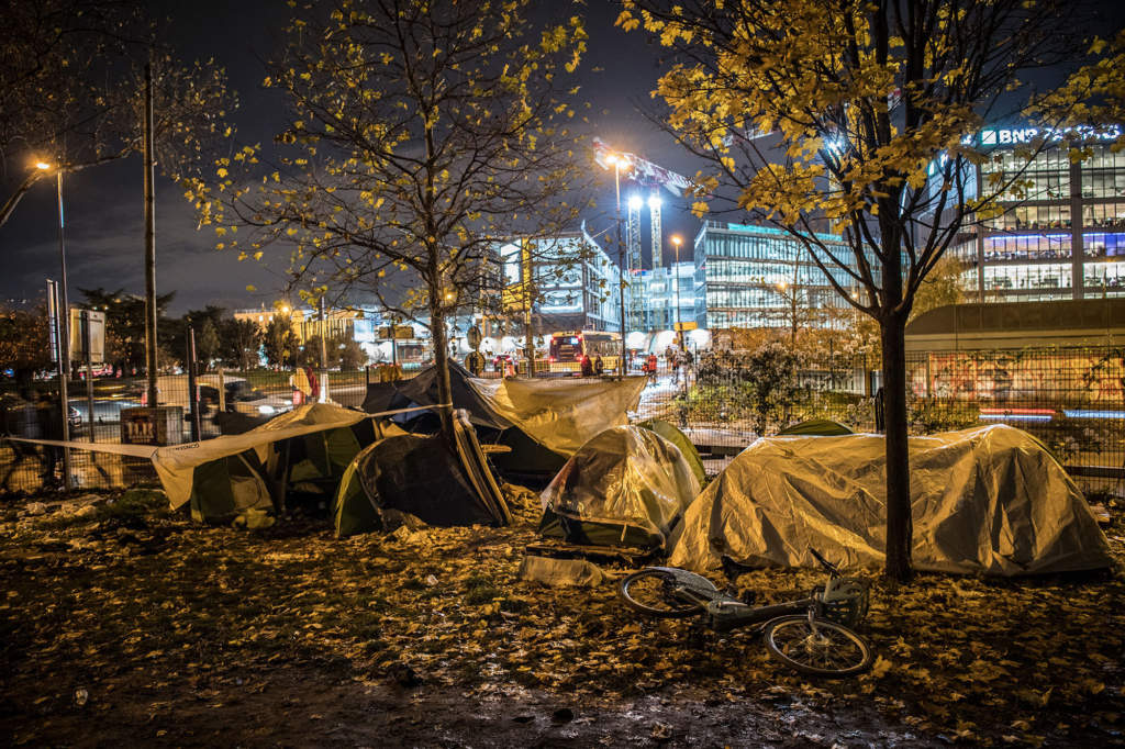I tältlägret i Paris utkant bor hundratals migranter. Afghanerna utgör den största gruppen.