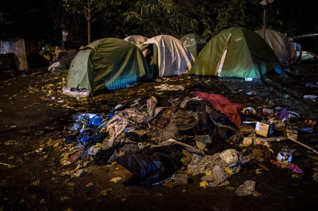 Marken i tältlägret täcks av sopor.